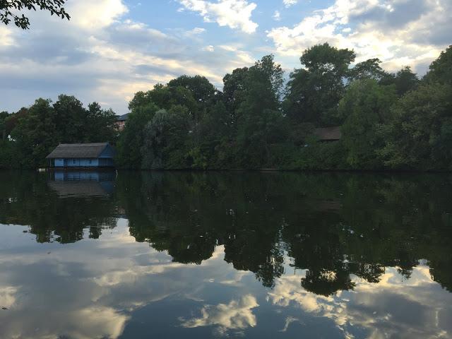 Bükreş'in en büyük parkı olan Parcul Heratrau'dan bir manzara.